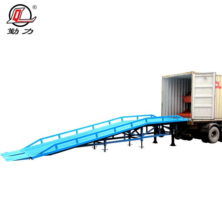 Mobile movable hydraulic loading ground to dock ramps with platform