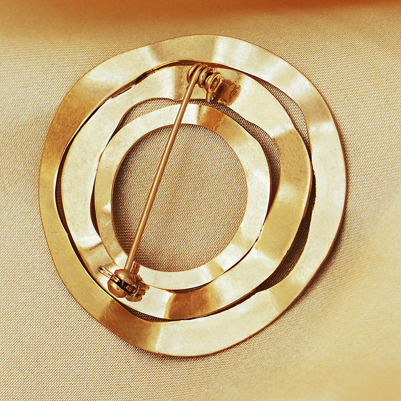 Fashion Customized Word Gold Plated Brooch Classic Design Bright Trendy Iron Hammered Surface Circle Brooch For Women