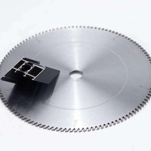 Special saw blade for aluminum alloy doors and Windows