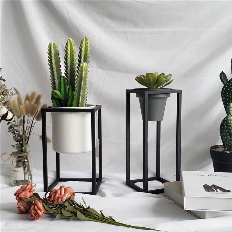 De Metal moderno de macetas y jardineras para la decoración de interior o al aire libre en el jardín.