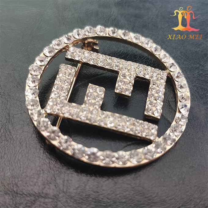 New style gold plated crystal fancy rhinestone initial brooches for wedding invitation