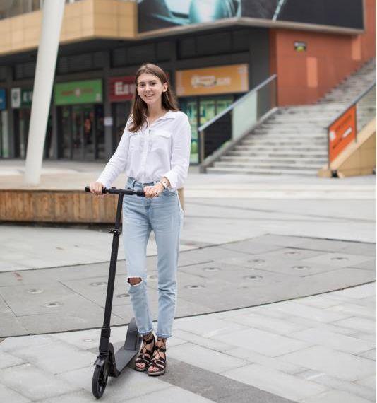 卸売価格 8 インチ簡単ライダー 2 輪大人英国電動スクーター中国製
