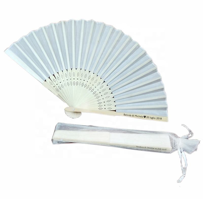 Chinese Gepersonaliseerde Bamboe Folding Hand Fan Gast Giveaways Bruiloft Gunsten Gift Zijde Fan Met Organza Bag