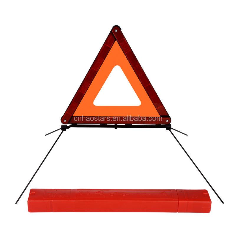 يعكس مثلث تحذير للطي سيارة لطريق سريع