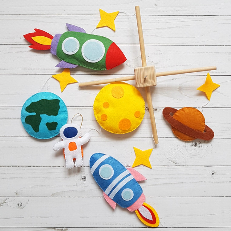 Customized size felt hanging baby crib toy with rocket and spaceman shape