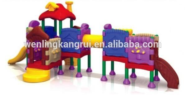 interior patio de recreo de los niños pequeños equipos de sala de juegos jugar en el centro para los niños