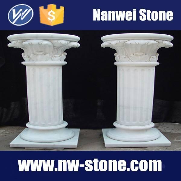Белого твердого вещества мрамор столбы с обрушения и рифленые