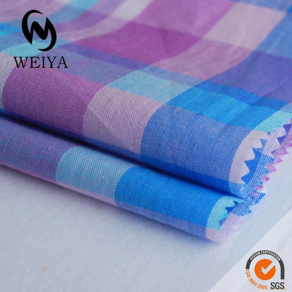 Tejidos de hilo teñido de azul y morado