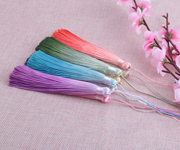 Showy pace dye gradient ramp polyester tassel
