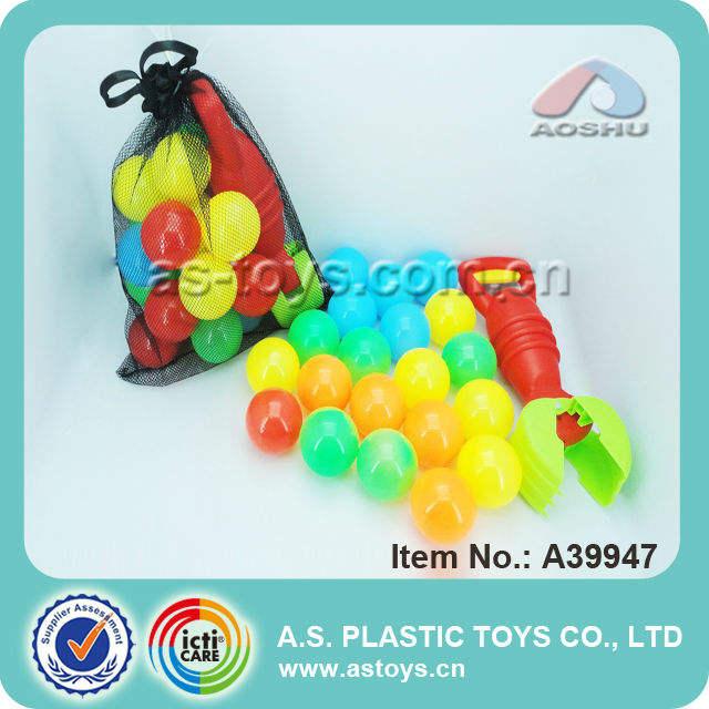 el más reciente colorida pelota de playa con juguetes herramienta