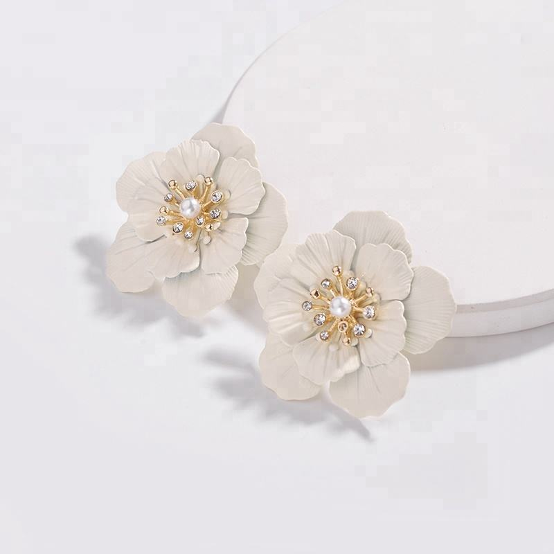 Fashion Jewelry Daisy Flower Lacquered Cream Color Petals Big Stud EarringsためWomen