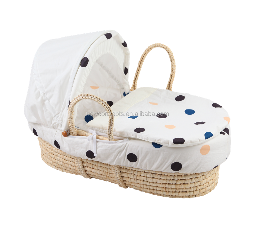 Portable corn husk baby carrying basket , convenient sleeping moses basket for newborns