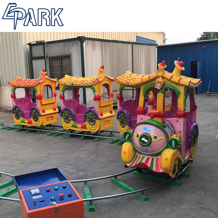 Vergnügungspark fährt elektrischen Bahnzug für <span class=keywords><strong>Kinder</strong></span>