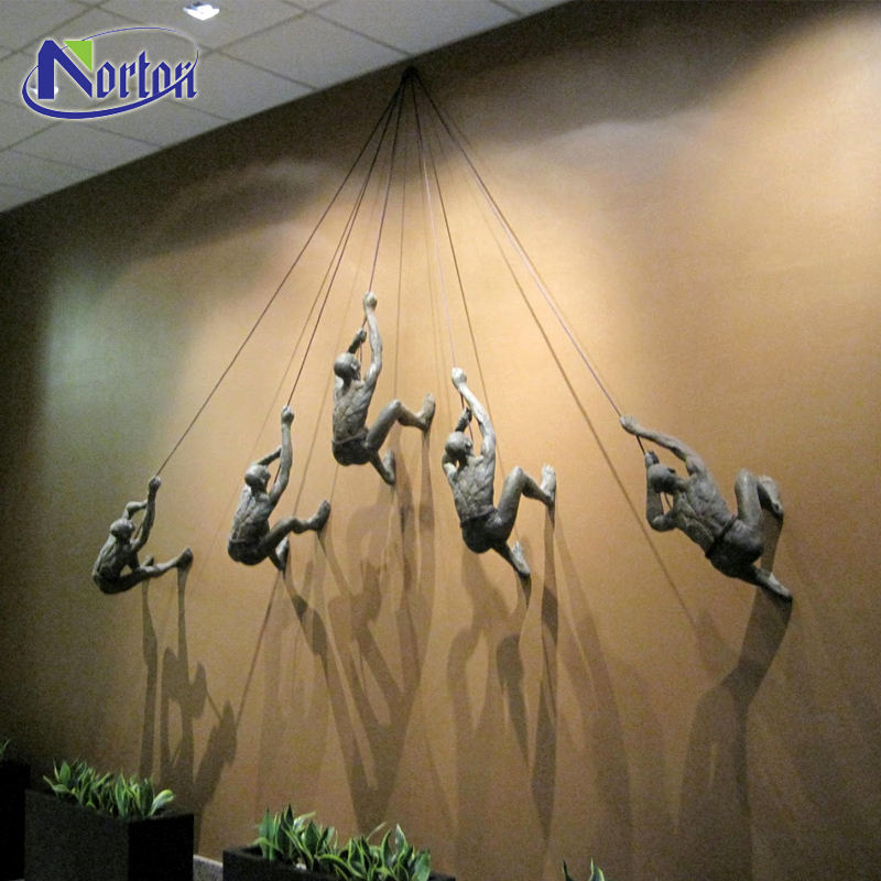 Metalen gegoten indoor ornament art getoond 3D brons klimmen man standbeeld muur ornament sculptuur