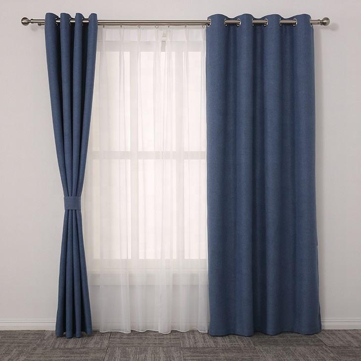 окно с длинными синими шторами фото коттеджем песчаные
