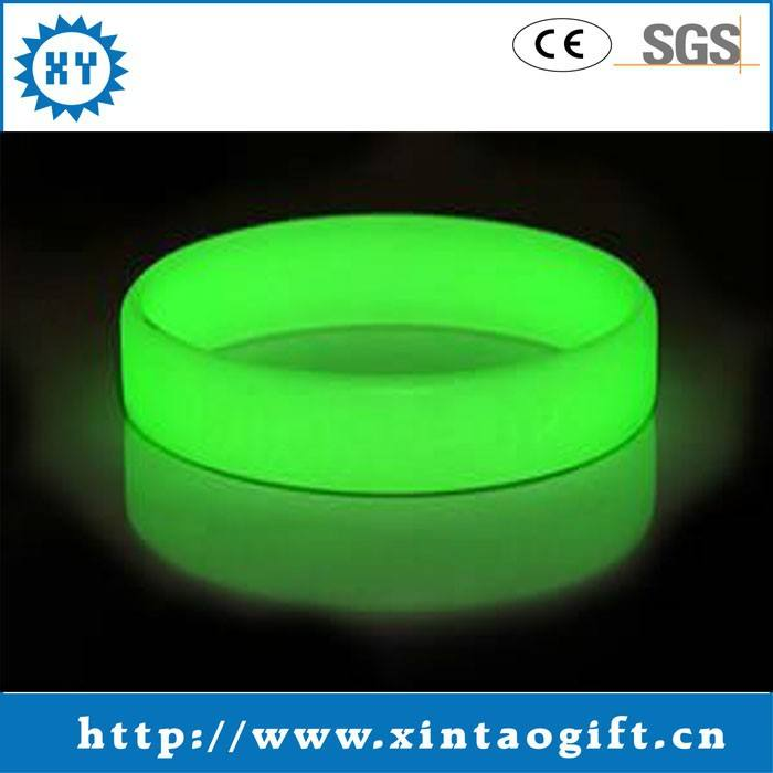 2014 new arriver tùy chỉnh logo glowing silicone băng <span class=keywords><strong>tay</strong></span>