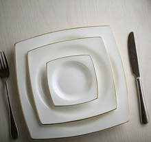 Certificated royal wedding hotel serving white charger plate,elegant european porcelain square dinner plates with gold line