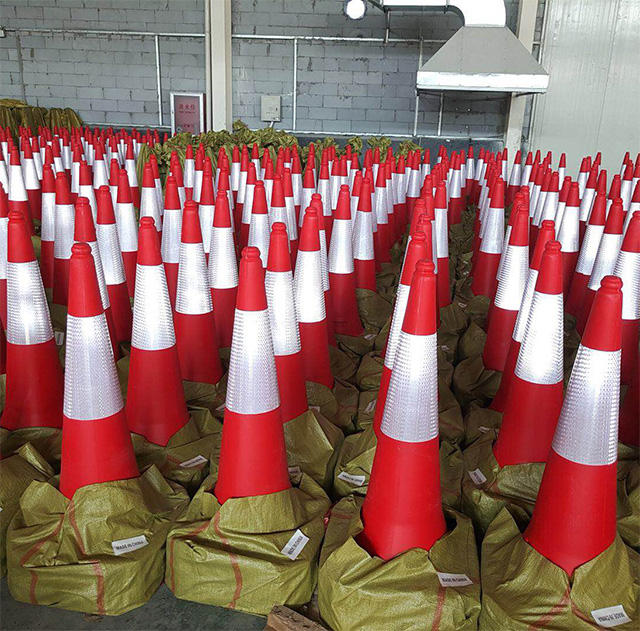 Good quality black rubber base durable safety traffic cone 1M