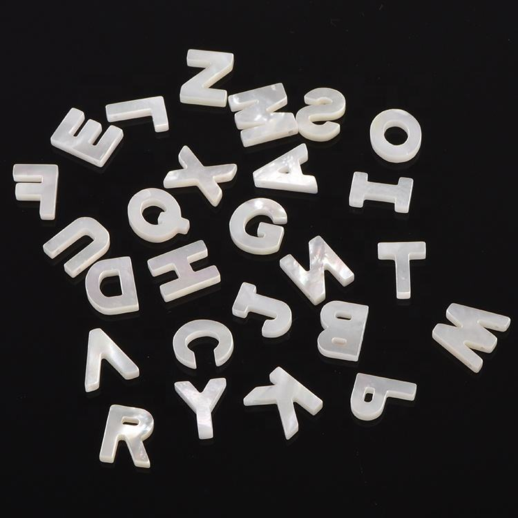 Wholesale Natural MotherのPearl Shell Letter Diy Jewelry Accessories 26 Alphabet Letter Pendant Charm