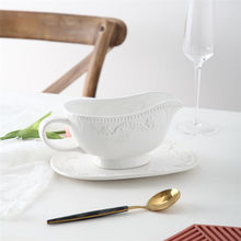 New arrival relief design ceramic white sauce jug hotel restaurant unique large gravy boat with saucer stand