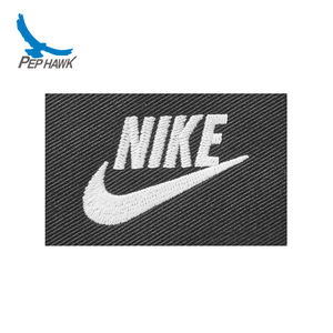 China Fabriek Professionele Custom Outdoor Kleding Merk Badges Prive Sport Naaien Kleding Labels