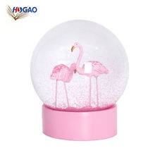 China wholesale gift ideas 2019 polyresin pink flamingo snow globe for home decoration flamingo snow dome