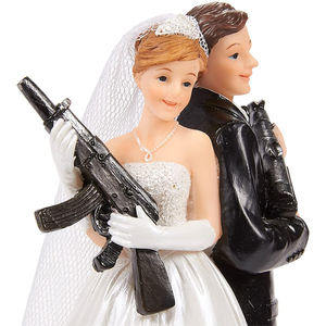 Custom design resin crafts decorations  bride and groom holding gun wedding cake toppers wholesale/