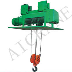 Steel wire rope hoist to lift cargo up and down freely