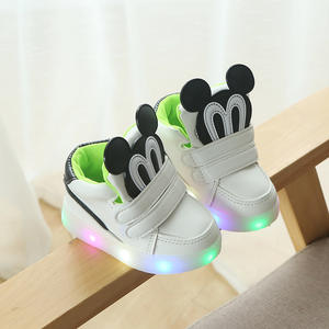 Wholesale fashion sport give out light children shoes