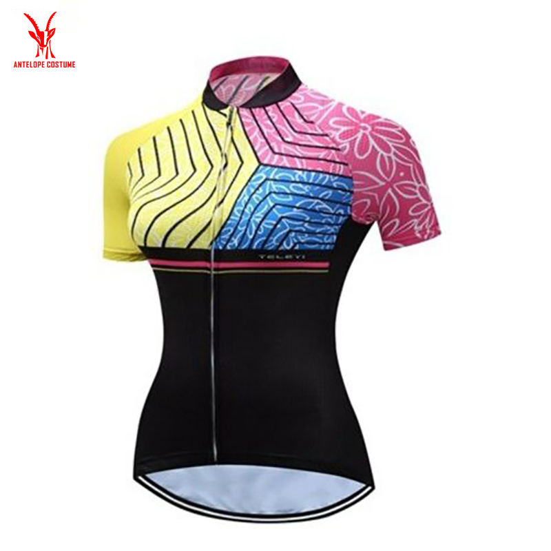 Short sleeved bike shirt A fall top and shorts for cyclists