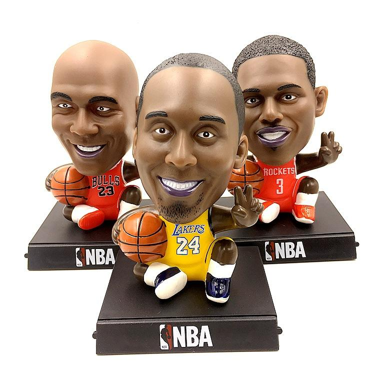 Basketball star Stephen curry, irving, James Kobe Bean Bryant, carries a gift at the NBA car souvenir office Christmas gift