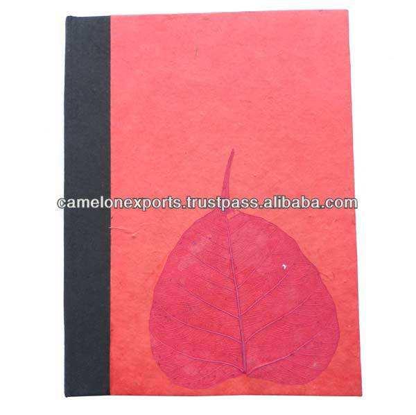 Rojo papel lokta columna negro y una hoja seca en el frente y la espalda botebook