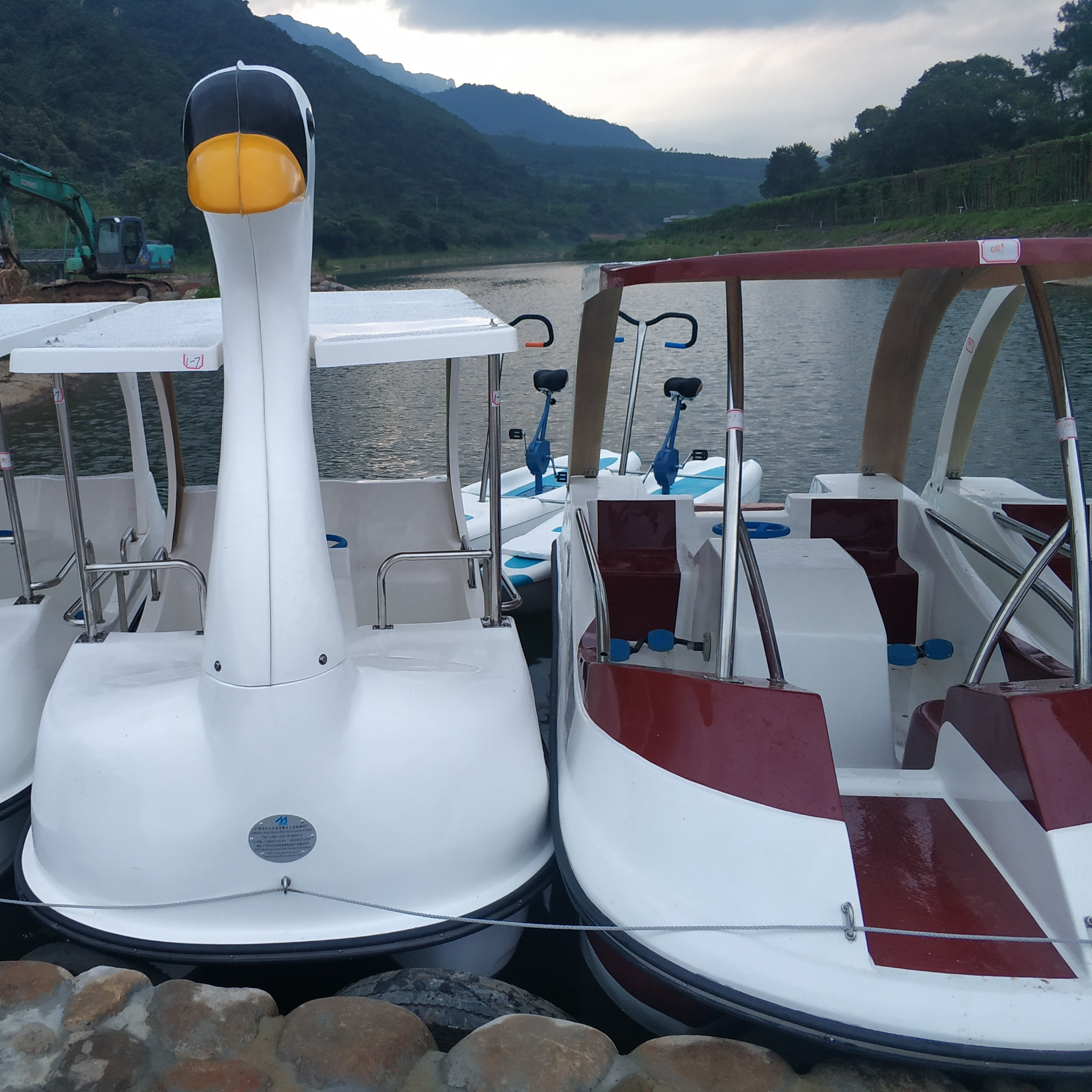 New design Sea lake 304 stainless steel hardware FRP swan boat thick fiberglass pedal boat for sale