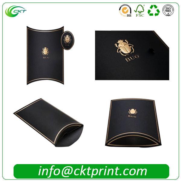 A caixa de empacotamento do lenço preto do descanso da folha de ouro com grava o logotipo