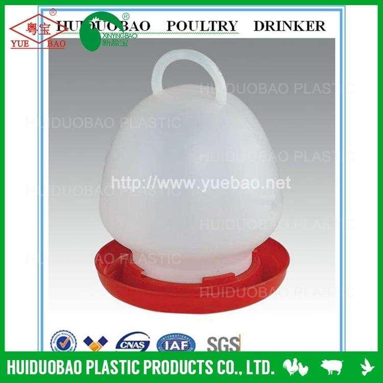 の家禽の鳥2キロのプラスチックフィーダーと水を飲む人