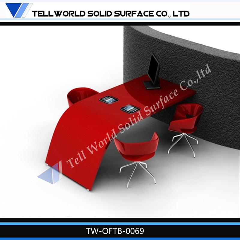 rojo colgadas en la pared escritorio de oficina atractivo estación de trabajo
