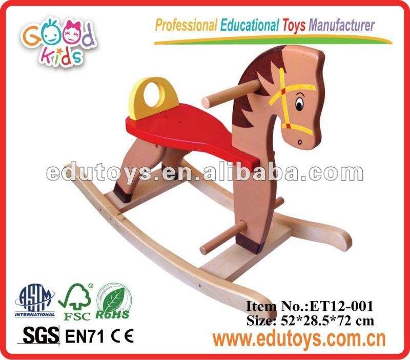 大きな木製の揺り木馬の子供がおもちゃに乗って