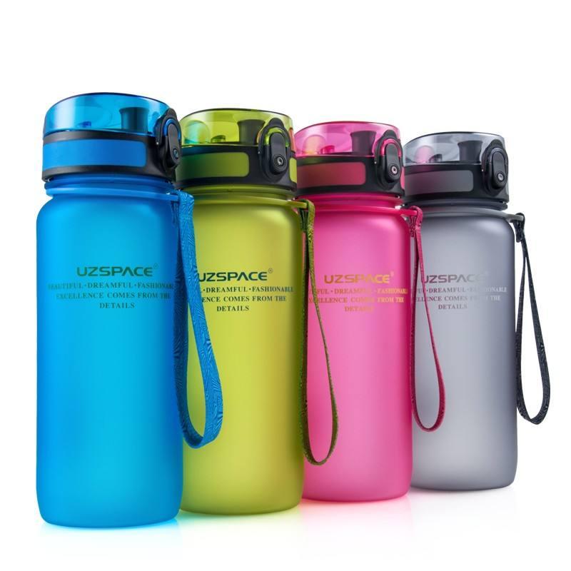 Nehmen Sie kleinen Auftrag 24oz Sports Tritan Plastikwasserflasche Auslaufsichere Flip Top Cap Obstteller Wasserflasche